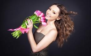 Обои девушка, радость, цветы, улыбка, фон, настроение, букет, макияж, платье, прическа, тюльпаны, шатенка, ленточка