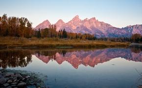 Картинка лес, небо, деревья, горы, отражение, голубое, вечер, Осень, водоем, безоблачное