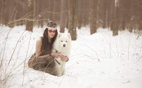 Картинка зима, взгляд, девушка, снег, лицо, друг, волосы, собака, перья, брюнетка, раскрас