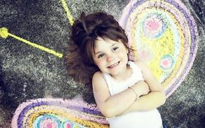 Картинка радость, счастье, улыбка, настроение, бабочка, рисунок, ребенок, крылья, девочка, малышка, дитя, мелом на асфальте