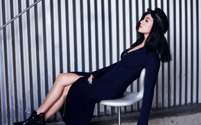 Картинка девушка, платье, брюнетка, стул, Кэти Перри, Katy Perry, певица, кепка