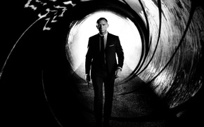 Картинка фильм, Джеймс Бонд, заставка, чёрно-белый, идёт, James Bond, Дэниэл Крэйг, skyfall, скайфолл