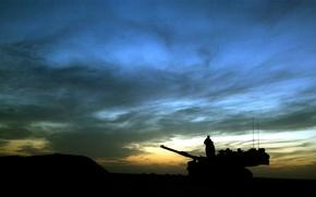 Обои ночь, солдат, танк