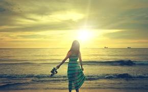 Обои море, волны, небо, девушка, солнце, настроение