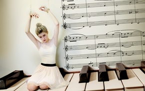 Картинка девушка, пианино, верёвки