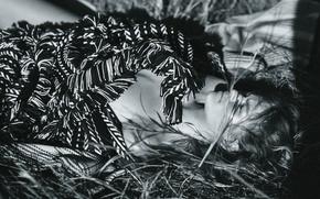 Картинка трава, девушка, лежит, черно-белое, плед, Anna ewers