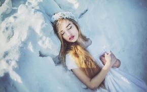 Обои макияж, венок, девушка, холод, снег, блондинка