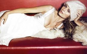 Картинка Mischa Barton, актриса, белое платье, лежит на диване, белый мех