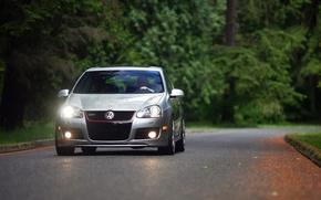Обои свет, forest, гольф, дорога, фары, машины с тачками, фольксваген, volkswagen golf, lights, autumn, trees, авто, ...