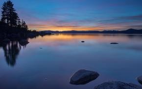 Картинка небо, вода, деревья, закат, оранжевый, озеро, гладь, отражение, камни, берег, вечер, США, синее