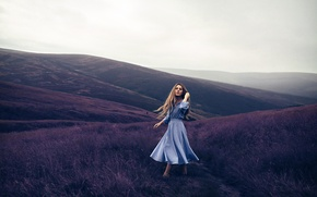 Обои холмы, девушка, Violet Mountains, платье, Rosie Hardy