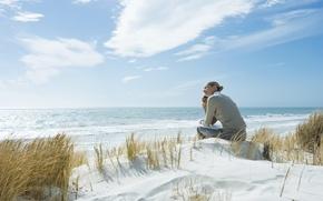 Картинка песок, море, пляж, трава, девушка, эмоции, телефон