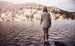 Картинка девушка, пейзаж, озеро, свитер, босая, Maeliss