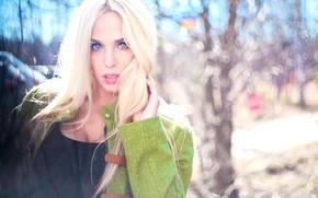 Картинка взгляд, девушка, деревья, поза, фон, куртка, блондинка, girl, trees, голубоглазая, background, hair, look, blonde, pose, …