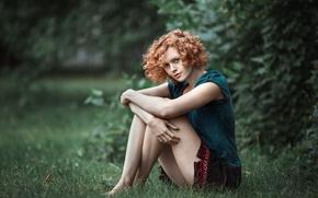 Картинка лето, трава, девушка, поза, green, милая, модель, юбка, портрет, майка, Екатерина, прическа, light, рыжая, ножки, …