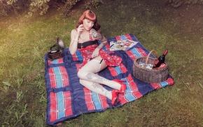Картинка девушка, стиль, вино, корзина, чулки, платье, покрывало, тату, рыжая, girl, ножки, пикник, пинап, граммофон, model, …