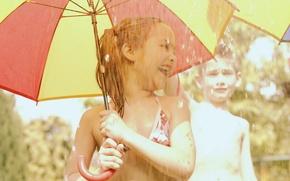 Обои девочка, веселье, зонтик, ребенок, дети, дождь, малышка, радость, мальчик