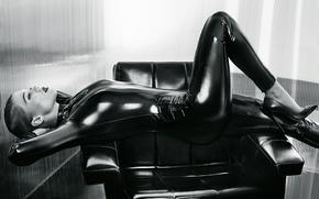 Картинка поза, кресло, фигура, актриса, костюм, латекс, лежит, черно-белое, фотосессия, в черном, Vogue, Lea Seydoux, Леа …