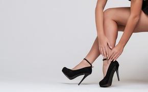 Картинка девушка, руки, каблуки, ножки, побрякушка