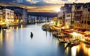 Картинка море, небо, закат, тучи, город, люди, здания, дома, вечер, освещение, фонари, Италия, Венеция, Italy, гондолы, ...