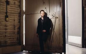 Картинка здание, ворота, фотограф, костюм, актер, фотосессия, Chris Pratt, для фильма, Мир Юрского периода, Jurassic World, …