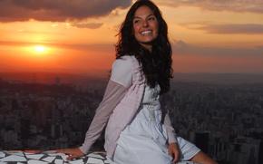 Картинка девушка, закат, ночь, город, сидит, улыбается, Isis Valverde