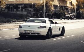 Картинка дорога, машина, белый, деревья, город, зад, дома, красные, Mercedes, white, зеркала, мерседес, мерин, мерс, AMG, ...