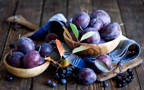 Картинка салфетка, доска, листья, ягоды, натюрморт, осень, фрукты, сливы, посуда