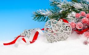 Картинка зима, снег, ветки, ягоды, игрушка, сердце, серебро, ель, Новый Год, Рождество, праздники, остролист, елочная