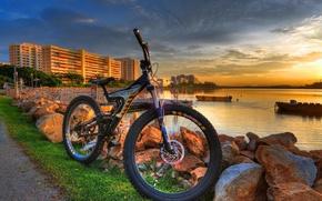 Картинка вода, велосипед, дом, камни, берег, вечер
