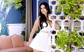 Картинка белое, макияж, платье, брюнетка, декольте, украшение, цепочка, красивая, Sunny Leone, особняк