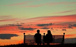 Обои пара, вечер, небо, силуэт, зарево, скамья, облака