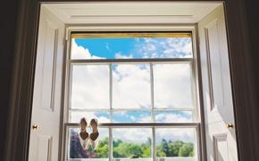 Картинка небо, стекло, окно, туфли