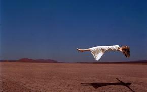 Обои пустыня, полет, девушка