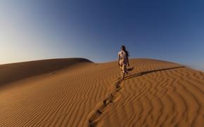 Обои sky, sunlight, dunes, desert, sand, girl, walking, dry