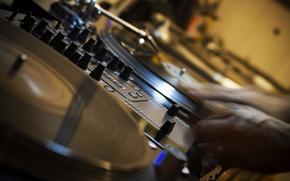 Обои РУКИ, МУЗЫКА, ЗВУК, РЕГУЛЯТОРЫ, ПУЛЬТ, ПЛАСТИНКИ, КНОПКИ, HI TECH, ДИДЖЕЙ, DJ, ВИНИЛ