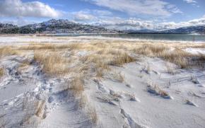 Картинка зима, трава, снег, горы, озеро, холмы