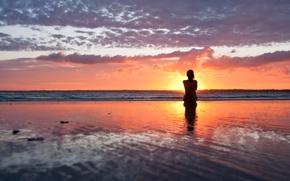 Картинка море, пляж, девушка, закат, вечер, силуэт
