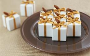 Картинка тарелка, лента, подарки, позолота, шишки