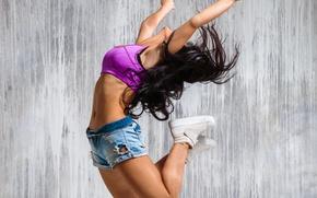 Обои руки, кеды, танец, прыжок, майка, шорты, девушка, длинные волосы