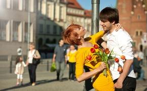 Картинка цветы, рыжая, букет, парень, люди, тюльпаны, город, пара, улыбки, девушка, позитив, столб, платье
