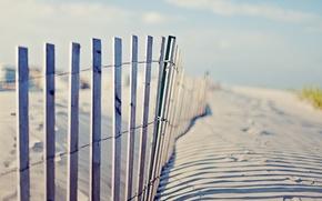Картинка пляж, небо, следы, забор