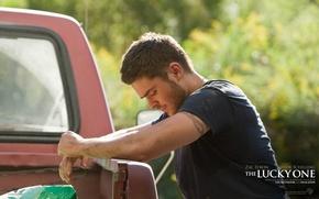 Обои Zac Efron, мужик, парень, грусть, актер, фильм, машина, тату
