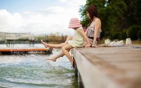Картинка лето, брызги, озеро, ноги, пристань, семья, Мама, дочка, плещются