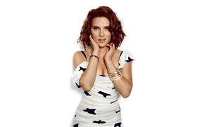 Картинка модель, фигура, платье, актриса, Scarlett Johansson, прическа, фотограф, белый фон, шатенка, Скарлетт Йоханссон, журнал, фотосессия, …