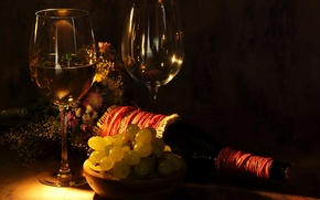 Обои цветы, стол, вино, бутылка, бокалы, виноград, полумрак, букетик