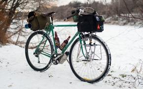 Картинка зима, снег, велосипед, огни, пиво, чашки, приключения, сумки