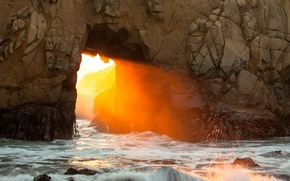 Обои свет, природа, проход, арка, брызги, скала, море, волны, солнце, камни