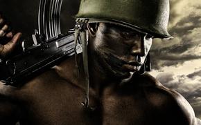 Картинка оружие, фон, мужчина, каска, темнокожий
