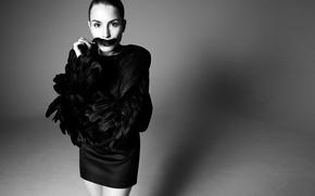 Обои перья, черно-белое, Camilla Akrans, Contributor, фон, черное, актриса, Noomi Rapace, Нуми Рапас, журнал, фото, платье
